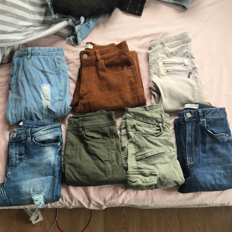 Olika jeans i storlekar mellan 34-36, även ett par som är W26.L32. Pris mellan 50-150 beroende på hur mycket använda, några av paren är helt nya. Vid intresse kan fler bilder skickas. Jeans & Byxor.