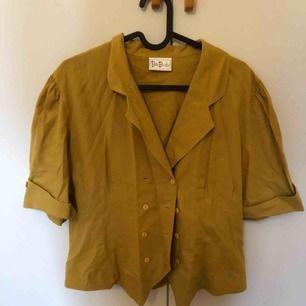 Svincool blus/skjorta från typ 50/60- talet. Senapsgul. Frakt tillkommer
