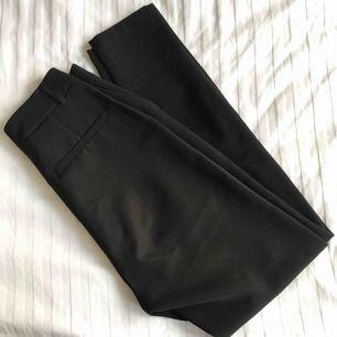 Superfina kostymbyxor från NA-KD. Aldrig använda dock är inte lapparna kvar. Nypris: 599:- ✨ Köpare betalar frakten