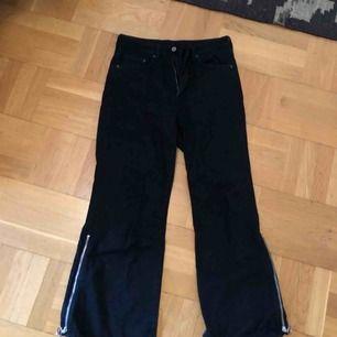 Svarta, balla jeans med dragkedjor på sidorna. Frakt tillkommer