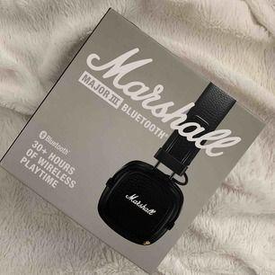 Helt nya!! Marshall Major ||| Bluetooth trådlösa hörlurar med såå bra ljud. Sladdar ingår, både laddsladd och en sladd till mobil. Fick dem idag men använder inte sånna hörlurar, föredrar små därav säljer jag dessa