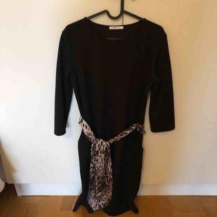 Svart klänning med fickor och leoskärp från Zara. Använd 1 gång. Frakt tillkommer
