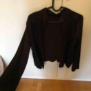 """Sååå fin """"silkes"""" blus/ skjorta som tyvärr är för liten för mig. Frakt tillkommer"""