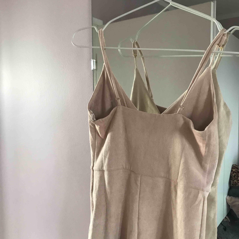 Tajt beige/ljusrosa känning från bubbleroom, använd en gång, str XS. Klänningar.