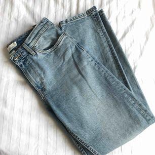 Raka jeans från H&M med snygga slitningar vid fickorna och bensluten ✨ Oanvända👀 ✨ Nypris: 399:- ✨ Köpare betalar frakten