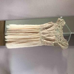 Jättefin klänning från vila använd en gång på skolavslutning, nyskick. Dragkedja och knappar i ryggen