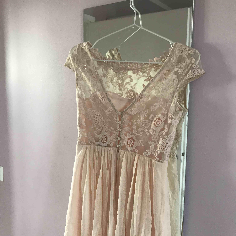 Jättefin klänning från vila använd en gång på skolavslutning, nyskick. Dragkedja och knappar i ryggen. Klänningar.