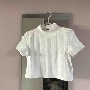 Kort vit mönstrad tröja med liten krage från HM, väldigt fin men inte min stil så aldrig använt den.
