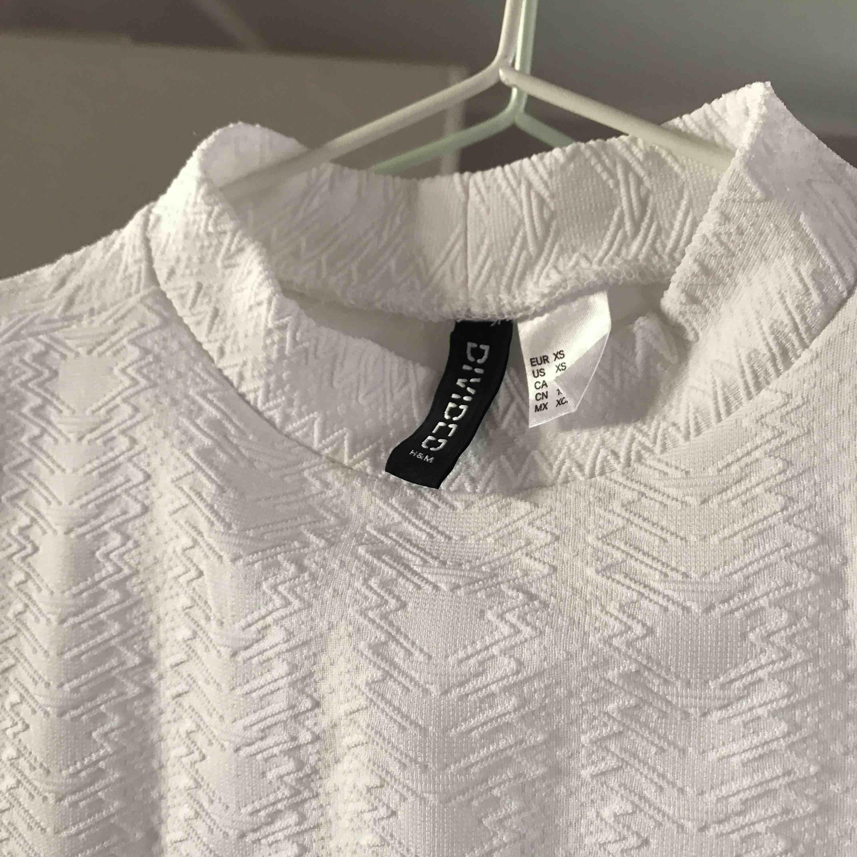Kort vit mönstrad tröja med liten krage från HM, väldigt fin men inte min stil så aldrig använt den. . Skjortor.