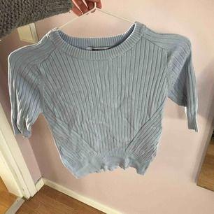 Blå stickad tröja med trekvartsarmar från Gina. Använd en gång.