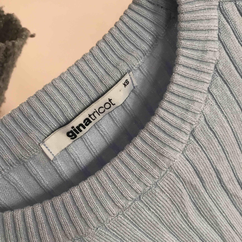Blå stickad tröja med trekvartsarmar från Gina. Använd en gång. . Stickat.