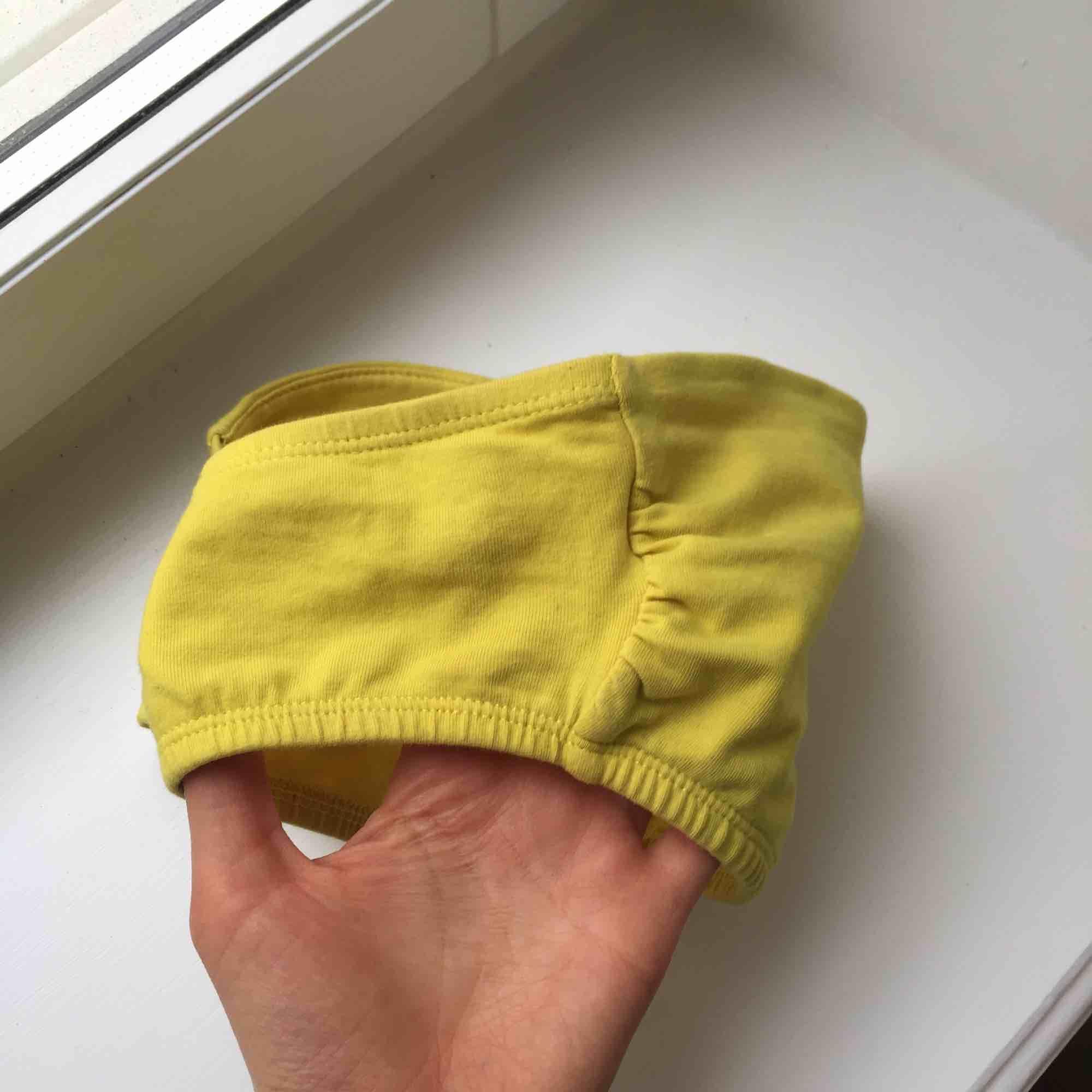 Gullig topp/bygellös bh, fin att ha tex över bikinitopp eller under linne! Härlig färg! ✨. Klänningar.