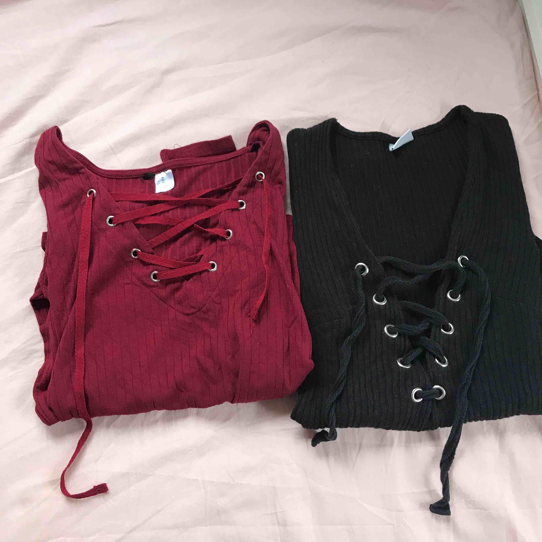 Två ribbade vanliga v-ringade, långarmade tröjor med snörning fram på bröstet. Ena från hm och andra från Gina, båda i XS. Använda en del men i bra skick. Toppar.