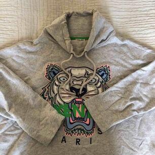 En HÄFTIG kenzo tröja i en speciell design med högre krage och trekvartsärm. En kenzo tröja som är unik! Köpt för 3000kr på NK i Stockholm för 1 år sedan, använd 2gånger och därför priset :)! Den är i extremt bra skick, är som ny!! Storlek S