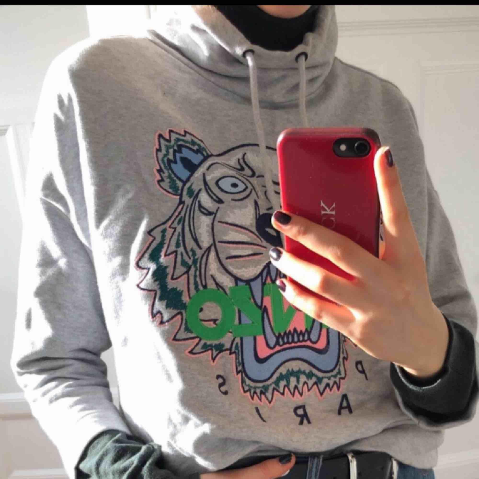 En HÄFTIG kenzo tröja i en speciell design med högre krage och trekvartsärm. En kenzo tröja som är unik! Köpt för 3000kr på NK i Stockholm för 1 år sedan, använd 2gånger och därför priset :)! Den är i extremt bra skick, är som ny!! Storlek S. Huvtröjor & Träningströjor.