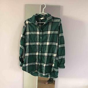 Oversized rutig skjorta från hm i strl 34, bild ifrån enda gången den är använd, på spex i skolan.
