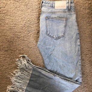 """Snygga sommar/vår jeans! Köpt från Zara i Malmö. Använda 5-7 gånger. Fransarna är lite slitna efter tvätt men inte så att det skadar """"looken"""". Skulle påstå att de är ljusare i tyget i verklighet än på bild :) Jag är också lång så ni tänker på det"""