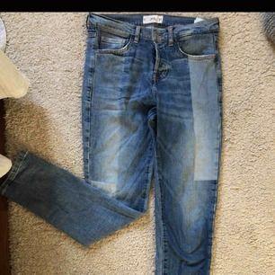 Extremt snygga Mango-jeans! Hade behållt om jag inte vuxit ur dem. Sköna att ha då tyget är väldigt mjukt. Storlek 38, använda 10-15 gånger :) Du kommer gilla dem !