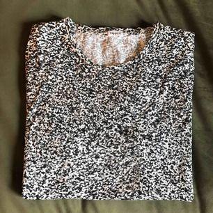 Filippa K t-shirt i herrmodell, storlek XL, men passar även M-L. Mycket fint skick endast använd fåtal gånger. Nypris runt 600-700kr, säljes för 250kr. För fler bilder och info kontakta: 0735713385