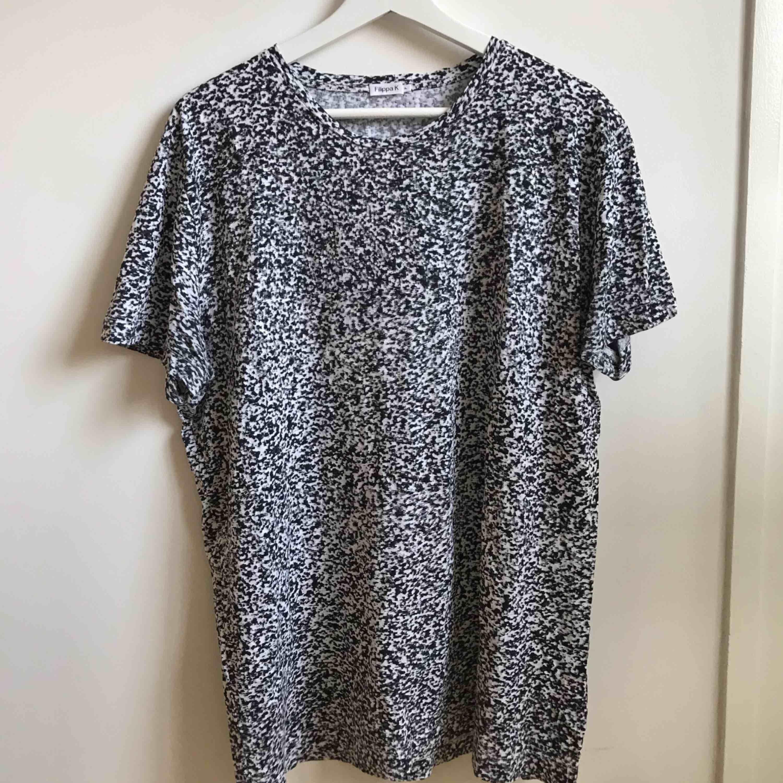 Filippa K t-shirt i herrmodell, storlek XL, men passar även M-L. Mycket fint skick endast använd fåtal gånger. Nypris runt 600-700kr, säljes för 250kr. För fler bilder och info kontakta: 0735713385. T-shirts.