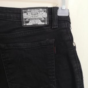 Svarta jeans från JC. Säljs då jag äger för många. Nypris runt 500kr men jag säljer för 100kr plus frakt för vet hur svårt det är att köpa jeans online. Väldigt bra skick, tvättade kanske 2 gånger. Passar dig som vanligtvis har storlek XS-S🌹 hur de sitter på finns i en ny annons då det inte gick att byta ut bilderna på denna...