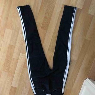 Svarta jeans med ränder på sidan från pull and bear Väldigt sparsamt använda 34 Köparen står för frakten!!