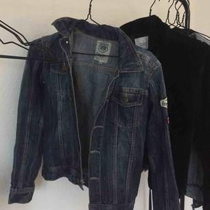 Jättefin mörkblå jeansjacka med små detaljer bak och på ärmen. Fraktar