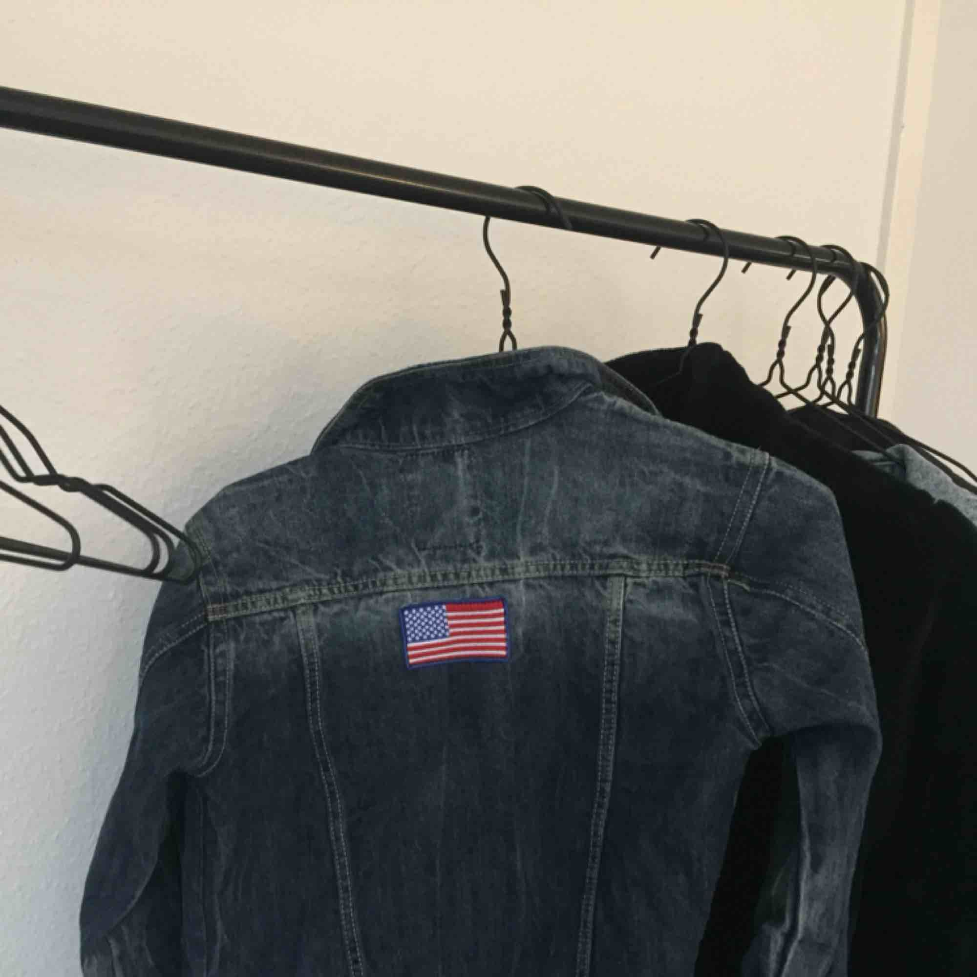 Jättefin mörkblå jeansjacka med små detaljer bak och på ärmen. Fraktar. Jackor.
