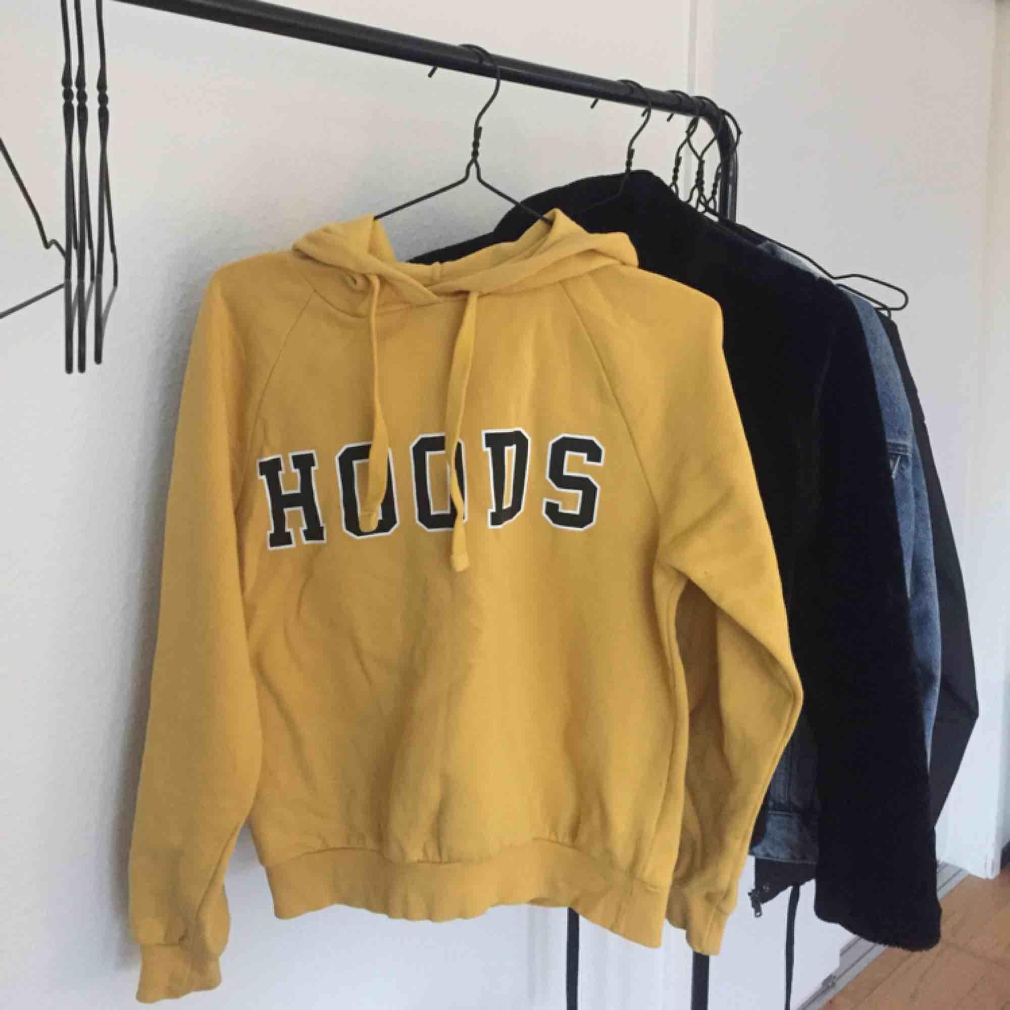 Gul hoodie från Gina Tricot, köpt för 300 och är använt fåtal gånger! Fraktar. Huvtröjor & Träningströjor.