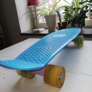 Säljer min superfina pennyboard BILLIGT då den inte kommer till användning längre :(( Superbra skick, lite smutsiga hjul bara, cool blå färg och balla hjul i olika färger ;) Möts upp i Stockholm
