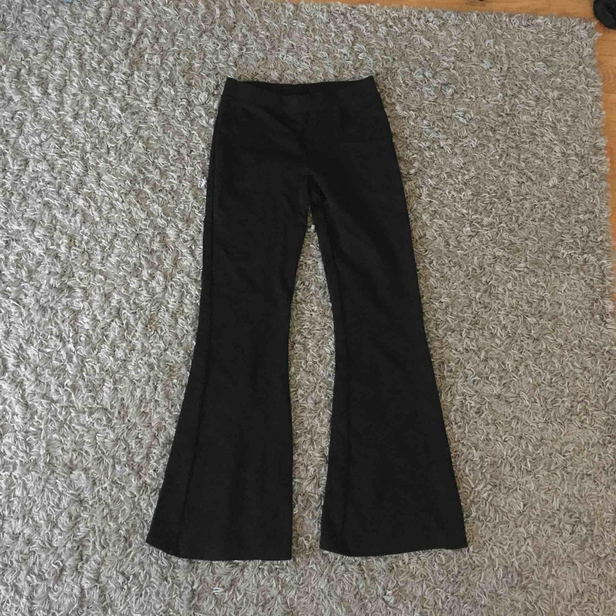 Utsvänga svarta tygbyxor i tjockt material. Fint skick. Fraktar. Jeans & Byxor.