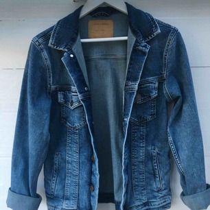 Jättesnygg och skön jeansjacka från jack&jones, nypris 799kr, köpte den i vintras därför har den inte kommit till användning ännu, så aldrig använd. Lite större S.