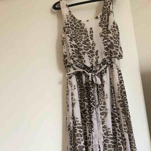 Mönstrad långklänning i storlek 38 från Gina tricot. Använd sparsamt, finns dock små fläckar längst ner på underkjolen som inte går bort. Inget som syns.