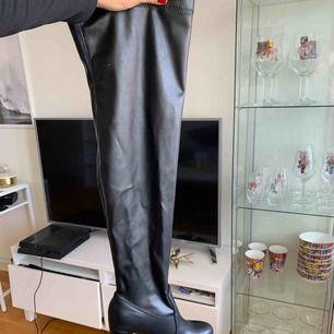 Overknee boots som knappt är använda. Lätta att gå i och sköna. Super snygga när de är skinnimitation.
