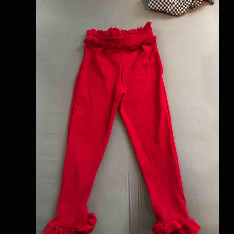 Röda byxor med volanger från Nelly, 70 inkl frakt. Jeans & Byxor.