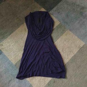 Läcker topp i en mörkt blålila färg. Skönt material och brottarrygg. Fantastiskt snygg till ett par tights.