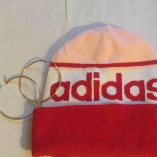 Adidas mössa i nyskick!🌼 har aldrig används. Frakt ligger på 35kr