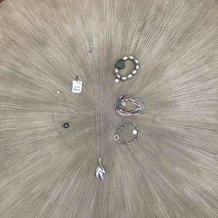 Diverse smycken-kort halskedja Esprit,långt halsband Diddi,armband Våga Sweden,armband Dasia mm Vid intresse kom med prisförslag/smycke (va tvungen att skriva något på pris)