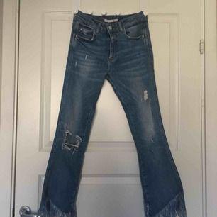 Skitsnygga jeans köpta på zara med slitningar, fransar nertill och en ficka bak. Några små missfärgningar bak (se bild 2) men de går kanske bort i tvätten har inte provat. Möts upp i stockholm eller fraktar mot fraktkostnad💛