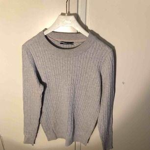 Använd ett par gånger Fin stickad tröja