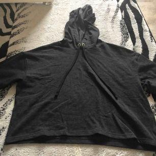 Passar en S också. En svart/grå hoodie som är kort och aldrig använd pga inte min stil och behövs inte verkligen. Helt ren och väldigt bekväm!❤️❤️