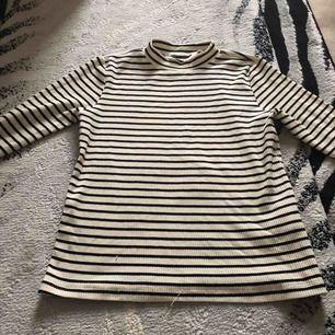 Typ aldrig använd men väldigt bekväm tröja med en fin kort krage på med ränder över hela tröjan❣️ Väldigt fin och kan komma till användning när man köper den!