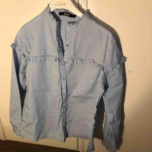 Väldigt fin skjorta Aldrig använt Behövs strykas annars reda till använda 🤗