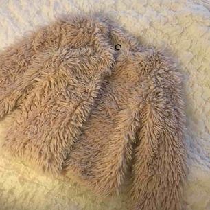 Säljer en beige fuskpäls jacka ifrån Cubus, fint skick. Kan även användas som en kofta.💞