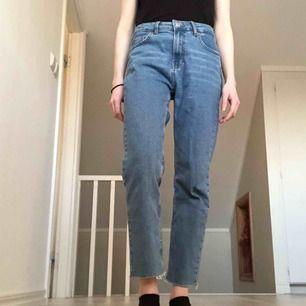 Sköna jeans i storlek 38, men jag använder vanligtvis storlek 34 så jag skulle säga att den passar som 34-38. Jag är 169 cm lång och på första bilden ser ni hur jeansen sitter på mig!