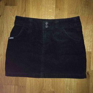 """Jättefin vintage svart manchesterkjol från märket """"shout"""". Säljer pga för liten på mig. Frakt ingår!"""