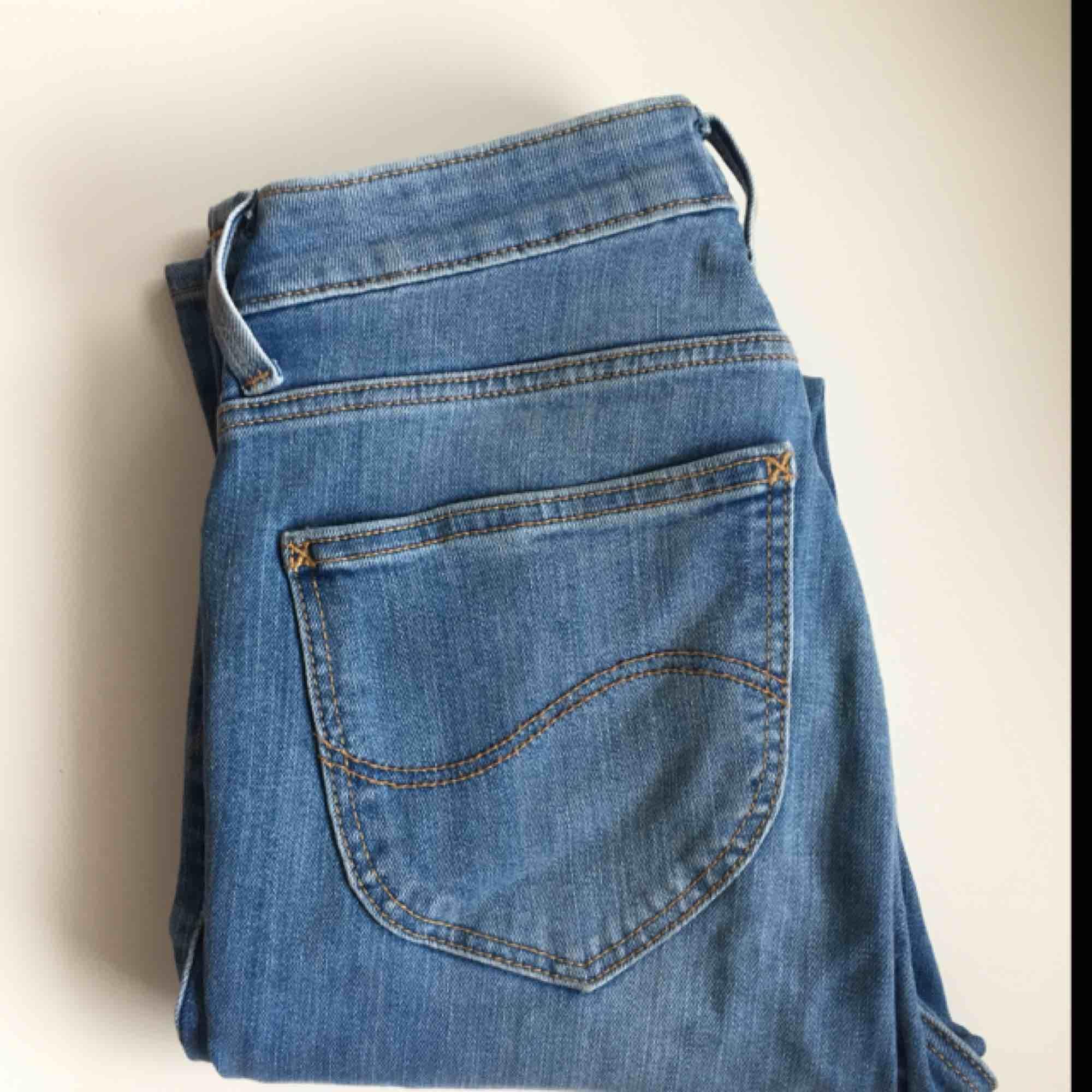 """Nya Lee damjeans i storlek waist 26 och leg 32. Använda ettpar gånger. Väldigt bra skick. Hög midja med avsmalnade ben. Googla gärna """"Scarlett high"""" för att se modellen.. Jeans & Byxor."""