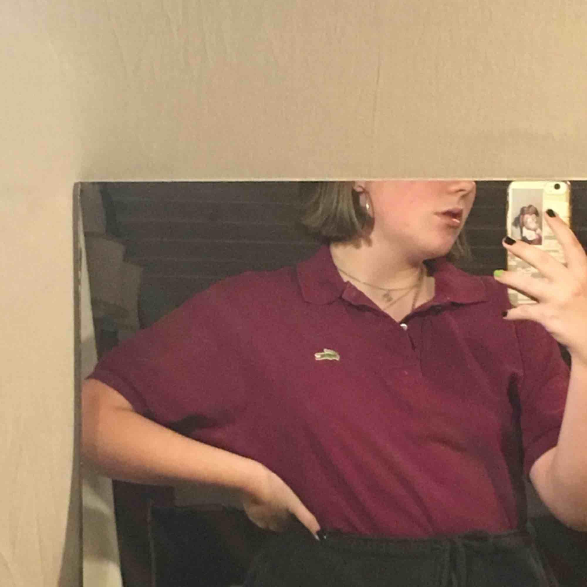 Vinröd (lite lila aktig) Lacoste pike. Färgen är typ en blandning av de första och den sista bilden. Frakt tillkommer jag tar swish❤️. T-shirts.