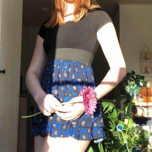 Festklänning från KappAhl, extremt snygg med blått leopardmönster💙 bra skick, använd några gånger, eventuell frakt betalas av köparen