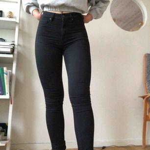 Snygga svarta högmidjade jeans. Passar mig som i vanliga fall är storlek S. Frakt tillkommer!